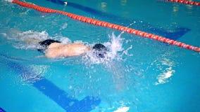 Ultrarapidskytte av en simmare under ett bad i en konkurrens stock video