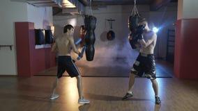 Ultrarapidutbildningsidrottsman i boxningkorridoren Förberedelse av förlagen av sportar för strid med mästaren _ arkivfilmer