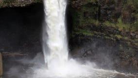 Ultrarapidvattenfall som applåderar ner Hilo Hawaii arkivfilmer