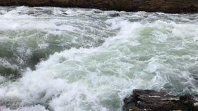 Ultrarapidvideo av en snabb rörande flod - ö av Skye - Skottland stock video