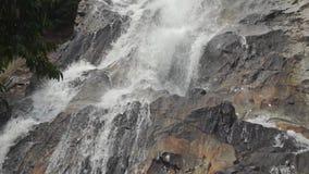 Ultrarapidvideoen av den tropiska vattenfallet och vaggar lager videofilmer