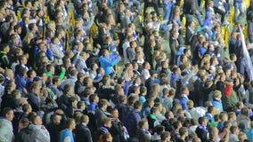 Ultras футбола крича для команды, руки сторонников арены стадиона сток-видео