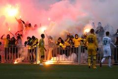 Ultras de FC Metalist Járkov que apoyan a su equipo con una piro-demostración imagen de archivo libre de regalías