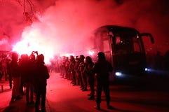 Ultras FC Dynamo Kyiv поддерживают их команду на дороге к стадиону Стоковая Фотография RF