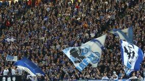 Ultras Hertha Берлина выполняют на трибунах во время футбольной игры видеоматериал