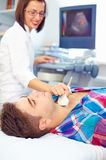 Ultraschalldiagnostik einer Schilddrüse des Mannes Stockbilder