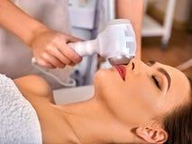 Ultraschallgesichtsbehandlung auf Ultraschallgesichtsmaschine Stockbilder