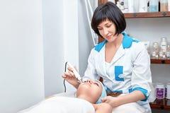 Ultraschallgesichtsreinigung, Schale, in einem Schönheitssalon Lizenzfreie Stockfotografie