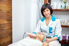 Ultraschallgesichtsreinigung, Schale, in einem Schönheitssalon Lizenzfreie Stockbilder