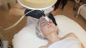 Ultraschallgesichtsreinigung, Schale, in einem Sch?nheitssalon stock video footage