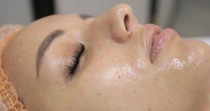 Ultraschallhohlraumbildung Frau, die sculpting Behandlung des Körpers, SMAS Anheben hat stock video