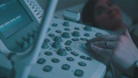 Ultraschallmaschinendoktor ` s Hand-usg Untersuchung USCG stock video
