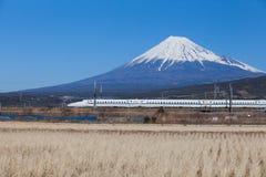 Ultrasnelle trein Tokaido Shinkansen met mening van bergfuji Royalty-vrije Stock Foto's