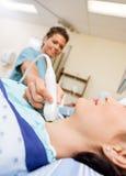 Ultrason subissant patient de la glande thyroïde photographie stock libre de droits