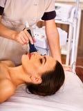 Ultrasone gezichtsbehandeling op de machine van het ultrasone klankgezicht Royalty-vrije Stock Afbeelding