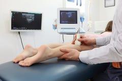 Ultrasone klank van meisjes` s knie-verbinding Stock Foto's