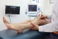 Ultrasonido de la rodilla-junta del ` s del niño - diagnosis Fotos de archivo libres de regalías