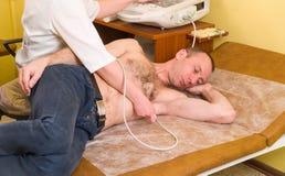 ultrasound cardiology Undersökning av hjärta med ultraljudet Doktorskardiolog som granskar patienten med ultra solitt royaltyfria foton