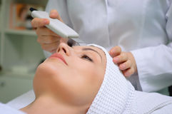 Ultrasound skin cleaning at beauty salon. Woman getting ultrasound skin cleaning at beauty salon Royalty Free Stock Photos