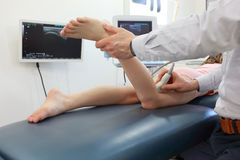 Ultrasuono del ginocchio-giunto del ` s della ragazza - diagnosi immagini stock