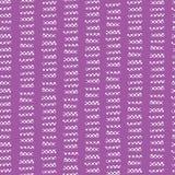 Ultraviolett abstrakt sömlös vektorbakgrund Utdragna vertikala texturerade kvarter för vit hand i horisontalrader på ultraviolett royaltyfri illustrationer
