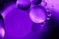 Ultraviolett utrymme eller kosmisk abstrakt bakgrund för planetuniversum Abstrakt molekylatomsctructure vatten för bubblor för ba Arkivbilder