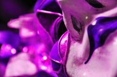 Ultraviolette venetianische Maskerademaske des abstrakten Hintergrundes, Selbstbildkonzept