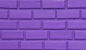 Ultravioletter Backsteinmauerhintergrund und -beschaffenheit Stockfotos