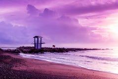 Ultravioletter Sonnenaufgang auf der Küste in Larnaka Lizenzfreie Stockfotos