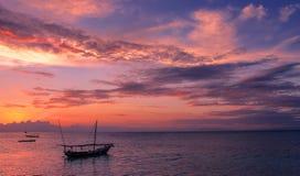 Ultravioletter Sonnenuntergang mit Fischen Dhow lizenzfreie stockbilder