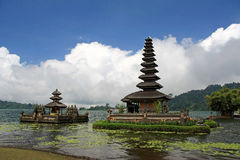 Ulu Danu Temple sjö Bratan, Bali, Indonesien Royaltyfria Foton