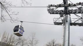 ULUDAG, BURSA, ΤΟΥΡΚΊΑ - ΤΟ ΜΆΙΟ ΤΟΥ 2015: Cableway στο χειμερινό αθλητισμό απόθεμα βίντεο