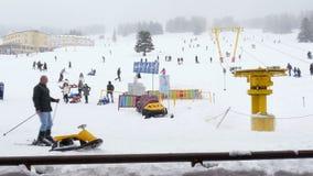 ULUDAG, BURSA, ΤΟΥΡΚΊΑ - ΤΟ ΜΆΙΟ ΤΟΥ 2015: Cableway στο χειμερινό αθλητισμό φιλμ μικρού μήκους