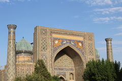 Ulugbek Madrasah på den Registan fyrkanten i Samarkand, Uzbekistan Royaltyfri Fotografi