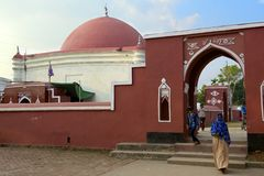 Ulugh可汗Jahan的陵墓的香客在Bagerhat,孟加拉国 库存图片