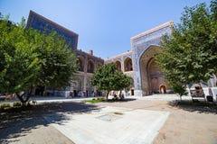 Ulugh tigger Madrasah i Samarkand, Uzbekistan Royaltyfri Bild