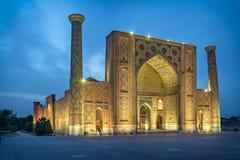 Ulugh tigger Madrasah på skymning i Samarkand, Uzbekistan fotografering för bildbyråer
