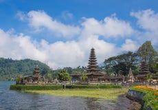 Ulun Danu寺庙在多云天 库存图片