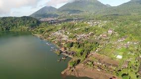 Ulun Danu寺庙鸟瞰图在湖Beratan的 影视素材