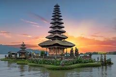 Ulun Danu Beratan świątynny jezioro w Bali Indonezja przy zmierzchem Zdjęcia Royalty Free