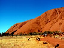 Uluru, Αυστραλία 19/10/2009: κόκκινο Uluru, περίπατος βράχου του Ayres γύρω στο εθνικό πάρκο uluru-Kata Tjuta, Βόρεια Περιοχή Στοκ Φωτογραφίες