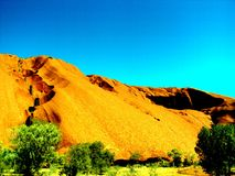 Uluru, Αυστραλία 19/10/2009: κόκκινο Uluru, περίπατος βράχου του Ayres γύρω στο εθνικό πάρκο uluru-Kata Tjuta, Βόρεια Περιοχή Στοκ εικόνες με δικαίωμα ελεύθερης χρήσης