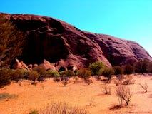 Uluru, Αυστραλία 19/10/2009: κόκκινο Uluru, περίπατος βράχου του Ayres γύρω στο εθνικό πάρκο uluru-Kata Tjuta, Βόρεια Περιοχή Στοκ εικόνα με δικαίωμα ελεύθερης χρήσης