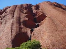 Uluru, северные территории, Австралия 02/22/18 Закройте вверх пещер в утесе стоковая фотография