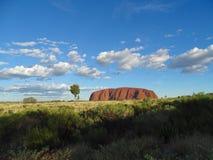 Uluru, северные территории, Австралия 02/22/18 Сценарный взгляд утеса принятого от зоны захода солнца осматривая стоковые фотографии rf