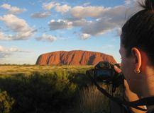 Uluru, северные территории, Австралия 02/22/18 Такин фотографа съемка всегда изменяя цветов Uluru на заходе солнца от a стоковая фотография rf