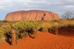 在Uluru艾瑞斯岩石的日落在澳大利亚 免版税库存照片