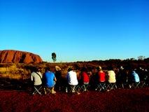 Uluru, Australia 19/10/2009: Ludzie zegarka zmierzchu przy Uluru widokiem przy całą czerwoną Ayres skałą w Uluru-Kata Tjuta parku zdjęcia stock