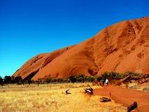 Uluru, Australie 19/10/2009 : Uluru rouge, promenade de roche d'Ayres autour en parc national d'Uluru-Kata Tjuta, territoire du n photos stock