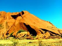 Uluru, Australie 19/10/2009 : Uluru rouge, promenade de roche d'Ayres autour en parc national d'Uluru-Kata Tjuta, territoire du n Image libre de droits